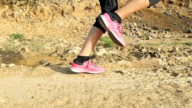 stockvideo's en b-roll-footage met kruis land vrouwelijke running - van de zijkant