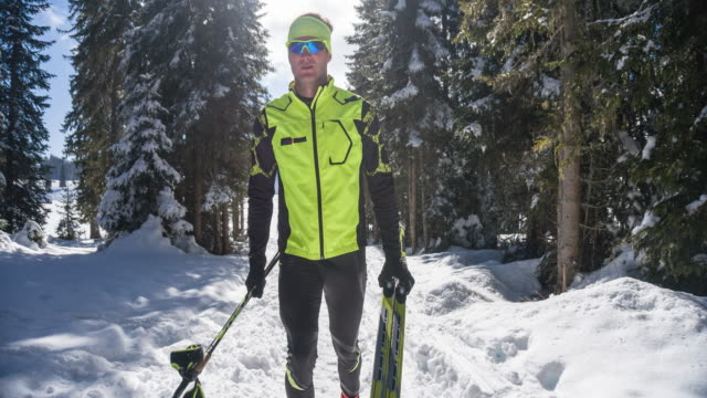cross country skifahrer zu fuß durch den wald - carrying stock-videos und b-roll-filmmaterial