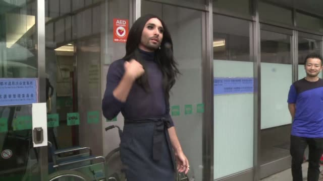 stockvideo's en b-roll-footage met cross dressing austrian diva conchita wurst is in tokyo for a low key meeting with the mayor of the trendy shibuya district which is set to become... - oostenrijkse cultuur