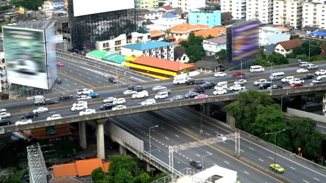 überqueren Sie Autobahn-Straße und Stadt-Residenz während der Rush Hour schon