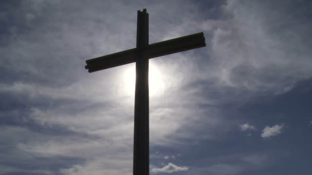 hd cross in front of cloudy sky (time lapse) - ewigkeit stock videos & royalty-free footage