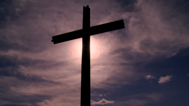 hd cross in front of purple sky (time lapse) - ewigkeit stock videos & royalty-free footage