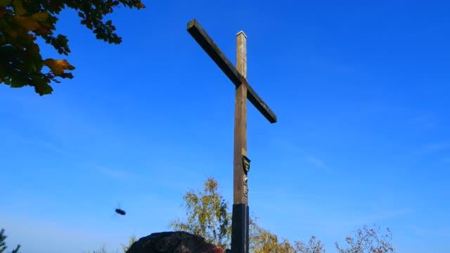 cross on the summit of maunert mountain near taben-rodt, saar valley, rhineland-palatinate, germany, europe - kreuz religiöser gegenstand stock-videos und b-roll-filmmaterial
