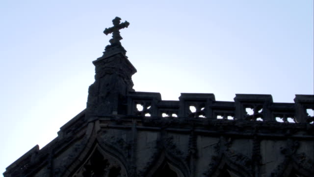 a cross tops a corner tower on ely cathedral. available in hd. - 宗教上のシンボル点の映像素材/bロール