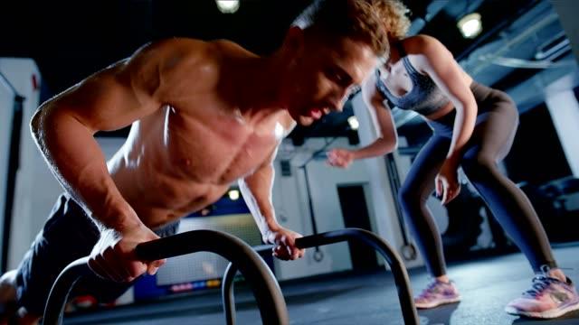 vídeos de stock, filmes e b-roll de atravesse o treinamento. fazendo flexões com instrutor - musculação