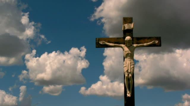 vídeos de stock, filmes e b-roll de cruzamento com as nuvens - cruz objeto religioso