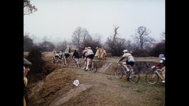 vídeos y material grabado en eventos de stock de montage cross-country bicycle racing on muddy tracks in united kingdom - bicicleta vintage