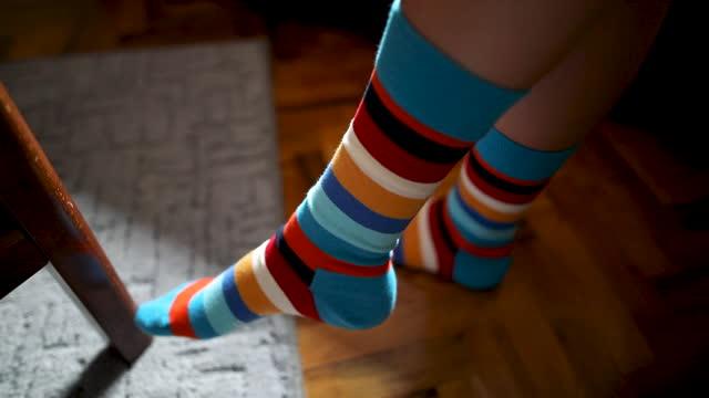 stockvideo's en b-roll-footage met gekruiste benen in kleurrijke sokken - in kleermakerszit