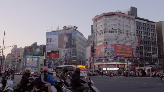 vidéos et rushes de crossing at ximending in taipei, taiwan - taipei