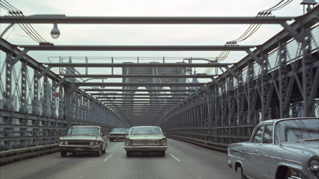 vídeos de stock, filmes e b-roll de 1965 rear pov crossing brooklyn bridge / new york city, new york, usa - perspectiva espacial
