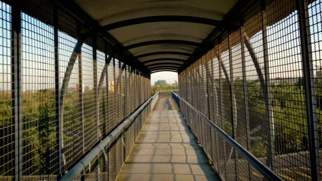vídeos de stock, filmes e b-roll de passarela de travessia. sobre a estrada - ponte