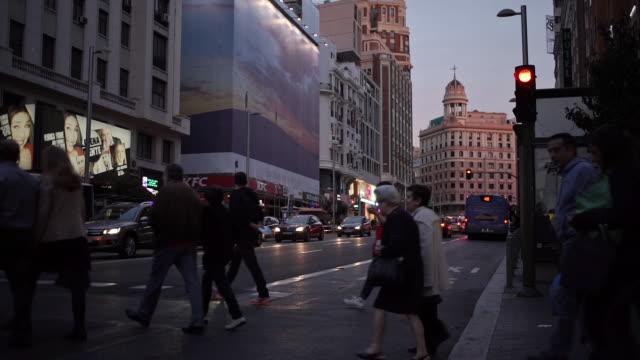 crossing gran via - マドリード グランヴィア通り点の映像素材/bロール