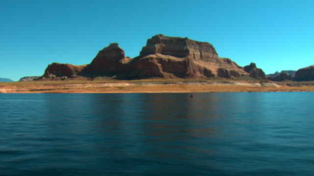 vídeos de stock e filmes b-roll de side pov, crossing lake powell, glen canyon national recreation area, utah, usa - lago powell