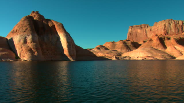 pov, crossing lake powell towards rock formations, glen canyon national recreation area, utah, usa - lago powell video stock e b–roll