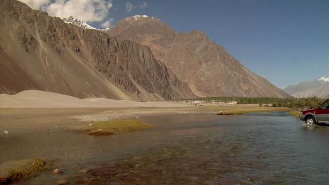 ws, suv crossing mountain river, ladakh,jammu and kashmir, india - shallow stock videos & royalty-free footage