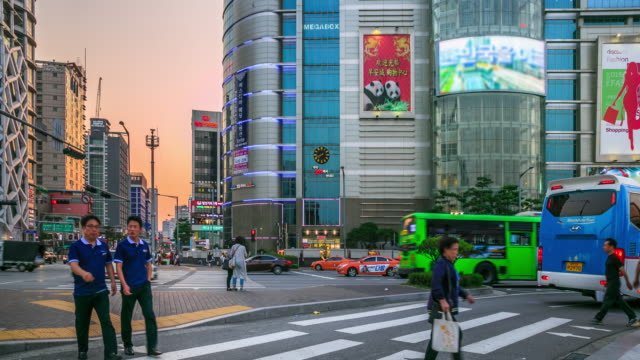 東大門デザイン プラザ町で道路を横断 - korea点の映像素材/bロール