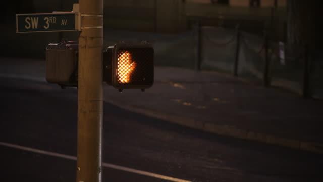 vídeos y material grabado en eventos de stock de crossing signal with street traffic in background - señal de nombre de calle
