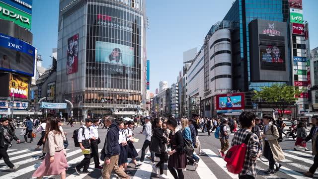 vídeos y material grabado en eventos de stock de crossing street crowd people tokyo japan - cruce de shibuya