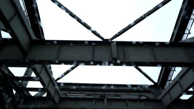 stockvideo's en b-roll-footage met de brug oversteken met de auto - laag camerastandpunt