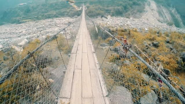 stockvideo's en b-roll-footage met de voetgangersbrug crossing - annapurna range