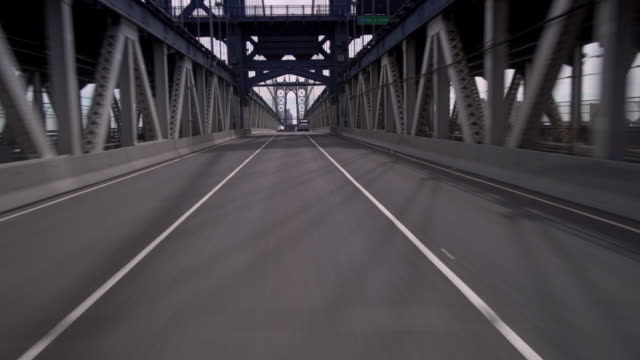 vídeos de stock, filmes e b-roll de crossing the manhattan bridge entering an underpass into darkness. - ponte