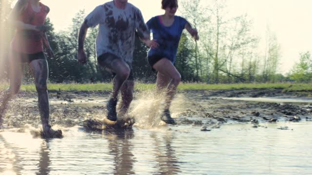 泥を横断 - 障害物コース点の映像素材/bロール