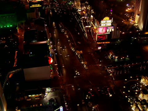 vídeos de stock, filmes e b-roll de crossing the strip, over the excalibur toward the luxor - bulevar