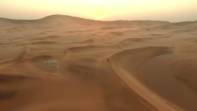 vídeos de stock, filmes e b-roll de cruzando as vastas areias do deserto - namíbia