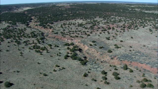 stockvideo's en b-roll-footage met kruising zuni indian reservation in arizona - luchtfoto - new mexico, en valt bestuurlijk cibola county - zuni