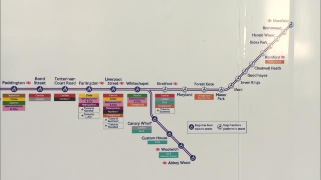 elizabeth line signage at farringdon england london farringdon station int close shot of sign 'elizabeth line' / close shots of signs relating to the... - クロスレール路線点の映像素材/bロール