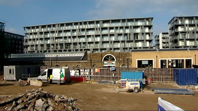 crossrail station 'may never open' england london woolwich royal arsenal ext various of berkely homes houses being constructed at royal arsenal... - ウールウィッチ点の映像素材/bロール
