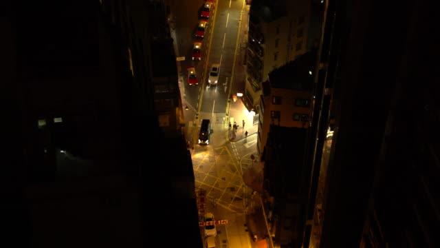 vidéos et rushes de crossroad at night - île de hong kong