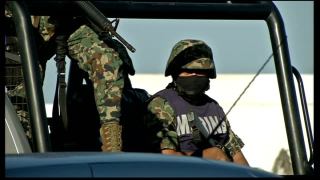 vídeos de stock, filmes e b-roll de crossroads in mexican war on drugs; mexico: acapulco: ext general views of armed mexican marines patrolling on truck armed marines on military truck... - sequestro