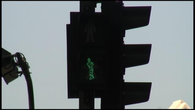 stockvideo's en b-roll-footage met (hd1080) crosswalk green light speeds up as time runs out - nieuwe wegen betreden