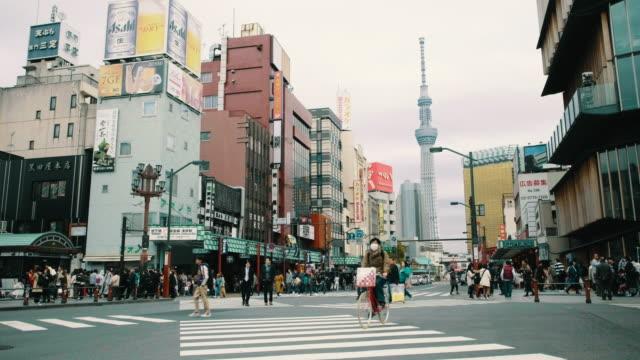 東京都浅草の横断歩道交差点 - スカイツリー点の映像素材/bロール