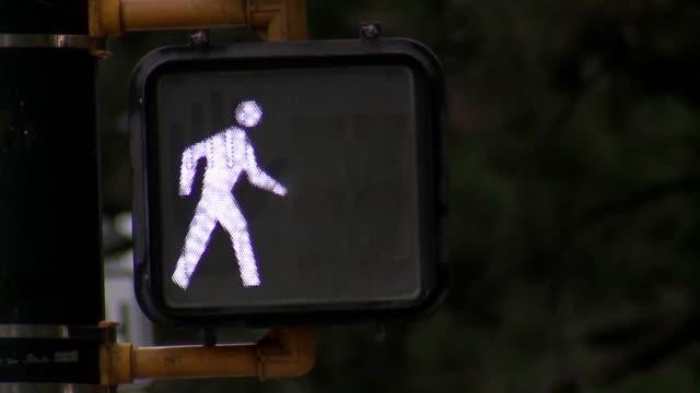 kdvr crosswalk lights buttons traffic lights cars and pedestrians at intersections in downtown denver on july 19 2017 - vägsignal bildbanksvideor och videomaterial från bakom kulisserna