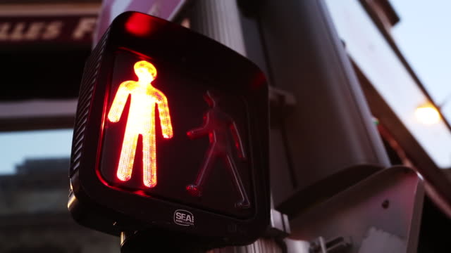 vídeos y material grabado en eventos de stock de crosswalk sign changes - semáforo