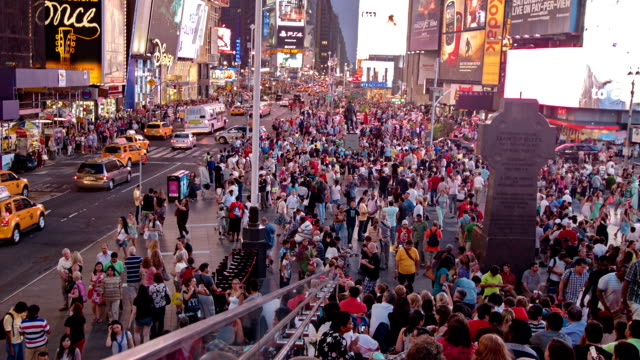 folla e taxi a times square, stati uniti - new york stato video stock e b–roll