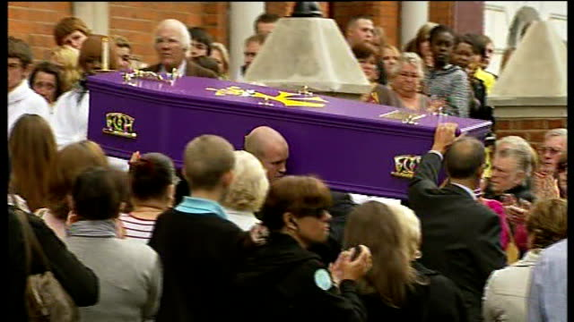 vidéos et rushes de crowd applauding as purple coffin carrying knife victim ben kinsella carried from church and coffin along in hearse at funeral - cercueil