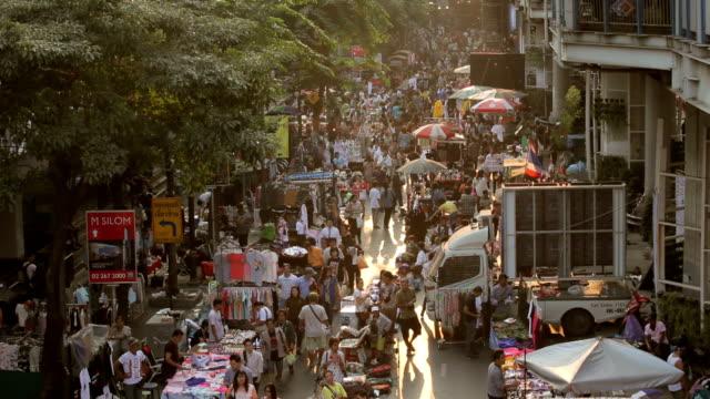 群衆のアジア人は、地元の市場を歩く - バンコク点の映像素材/bロール