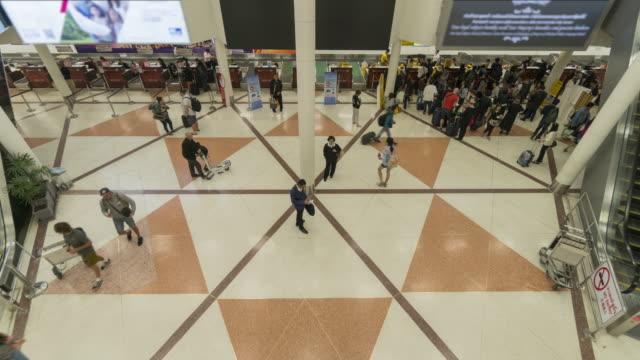 vídeos de stock e filmes b-roll de crowd at airport check-in counter time lapse - pessoas em fila