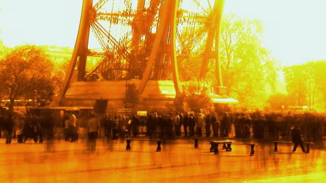 vidéos et rushes de t/l, cross process, crowd at eiffel tower, paris, france - procédé croisé