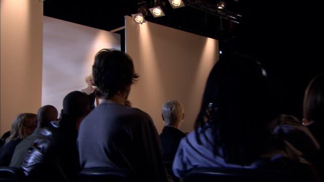 ms pan crowd at fashion show as woman walks past on catwalk/ london, england - この撮影のクリップをもっと見る 1064点の映像素材/bロール