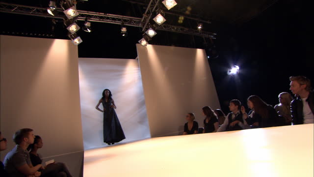 ms pan crowd at fashion show as woman walks past on catwalk/ tu ms woman walking on catwalk, turning, and walking away/ td ms crowd/ london, england - この撮影のクリップをもっと見る 1064点の映像素材/bロール