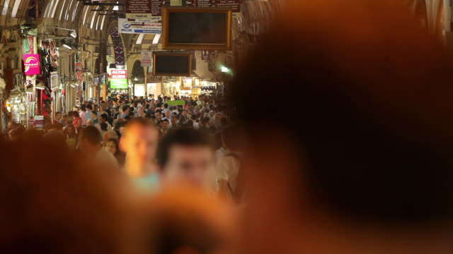 vídeos de stock e filmes b-roll de ws selective focus crowd at grand bazaar / istanbul, turkey - grande bazar