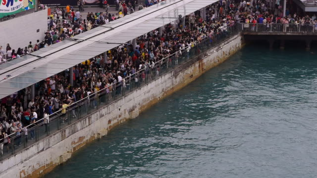 crowd at hong kong harbor watching rubber duck - spoonfilm stock-videos und b-roll-filmmaterial
