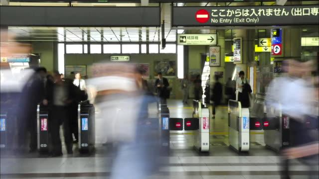 t/l ms crowd at kawasaki station, kawasaki, kanagawa, japan - 自動改札機点の映像素材/bロール