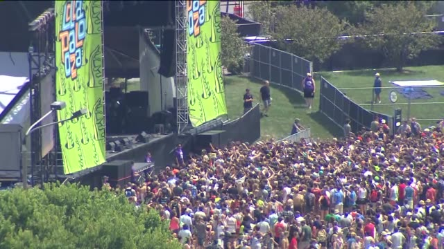 vídeos de stock, filmes e b-roll de crowd at lollapalooza at grant park on august 02 2013 in chicago illinois - festivaleiro