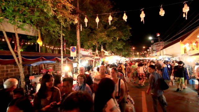 HD:  Menschenmenge at night market walking street in Chiang Mai, Thailand