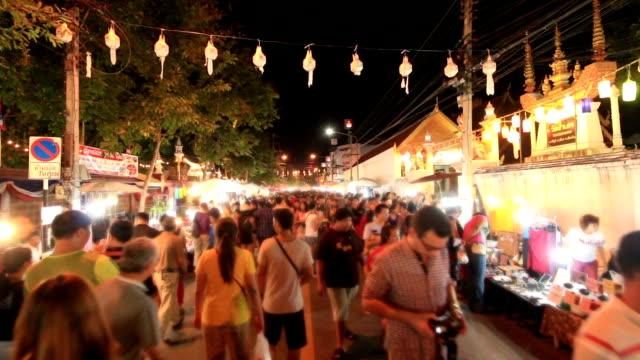 menschenmenge at night market walking street, chiang mai, thailand - besichtigung stock-videos und b-roll-filmmaterial